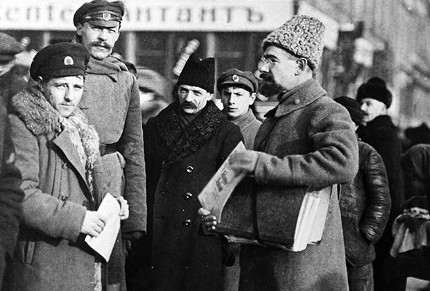 Анатолий Васильевич Луначарский (справа) выступает с агитационной речью перед рабочими и солдатами