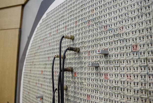 Панели зала управления реактором