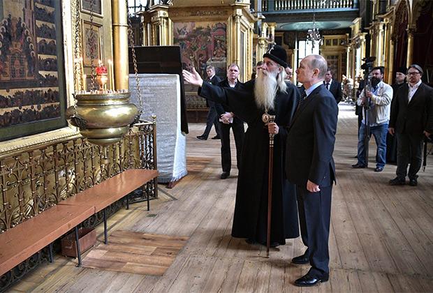 Митрополит провел для президента экскурсию по выставке, посвященной истории старообрядчества в России