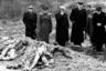 Саласпилсское гарнизонное кладбище. Члены Чрезвычайной Государственной комиссии у вскрытой могилы (фото 1944 г.)