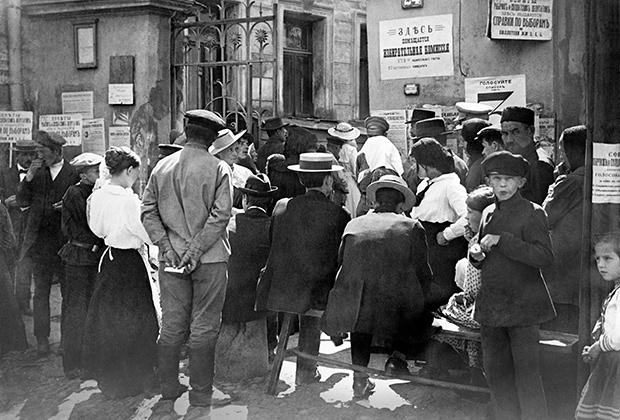 Жители Москвы у здания избирательной комиссии в Учредительное собрание Пятницкого комиссариата в день выборов в 1917 году.