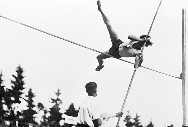Прыгунья с шестом Милица Голдобина