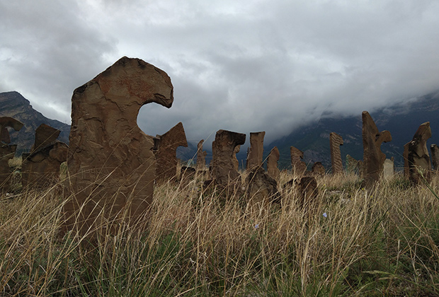 Уникальное для всего Дагестана кладбище расположено на окраине села Гимры