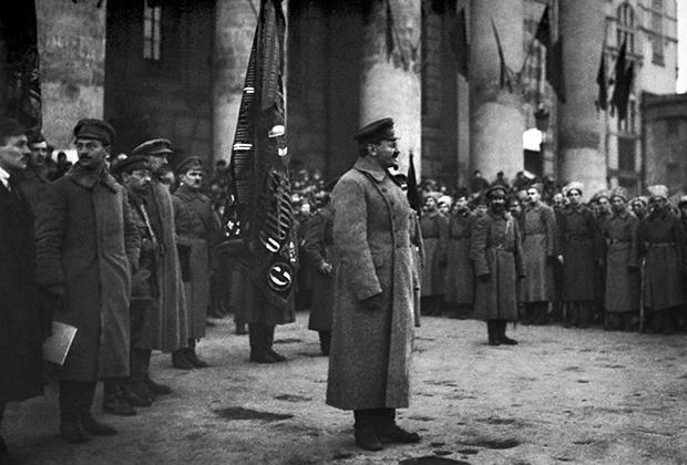 Троцкий выступает перед красноармейцами. 1918 год