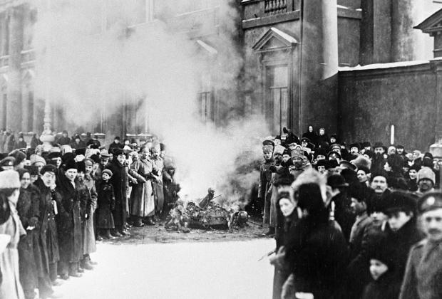Сожжение государственных символов у Аничкова дворца во время Февральской революции. Петроград. 1917 год