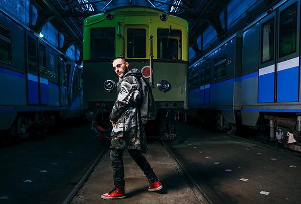 Футболка MD75, джинсы Balmain, куртка Valentino, рюкзак Loewe, кеды Givenchy. Одежда и обувь из новой коллекции ЦУМа