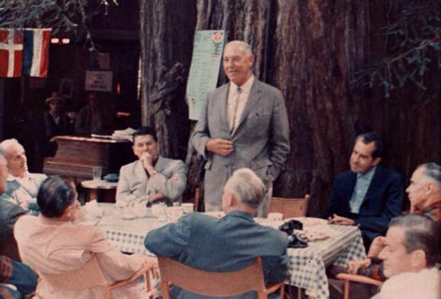 Рональд Рейган (второй справа) и Ричард Никсон (четвертый справа) в одном из лагерей Богемской рощи