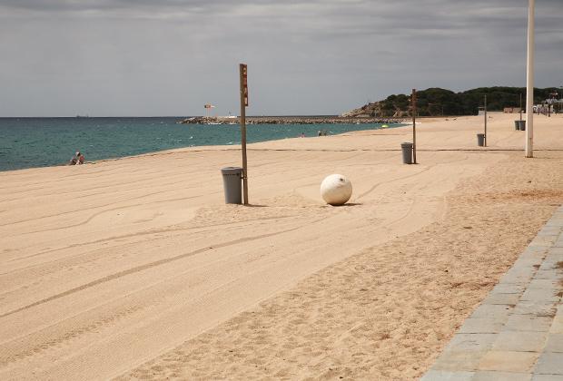 Каждое утро городской пляж убирают и разравнивают трактором со специальным прицепом