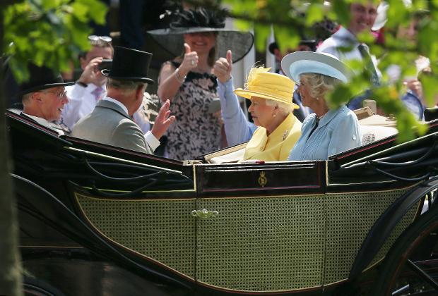 Елизавета II, принц Чарльз и его супруга Камилла на скачках в Аскоте