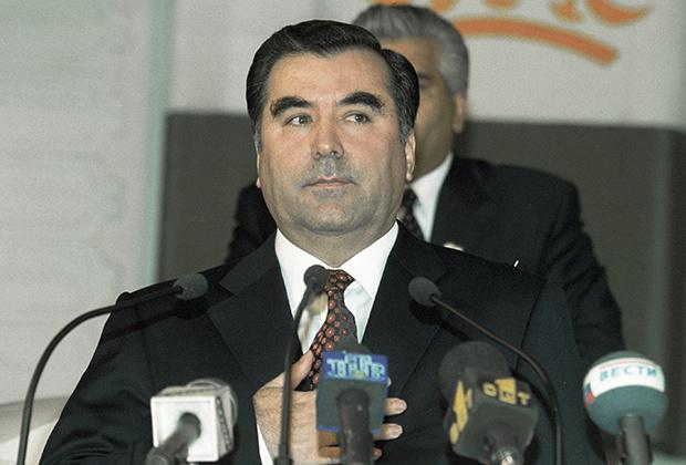В 1992 году Эмомали Рахмонов получил полномочия главы республики — позднее он стал президентом