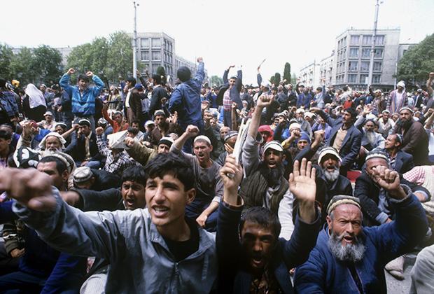 С февраля 1990-го в центре Душанбе прошла череда митингов