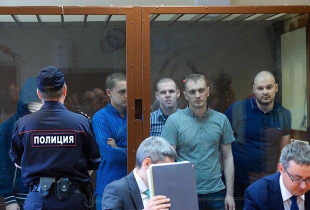 На втором плане справа— Максим Марцинкевич (Тесак), обвиняемый в нападении на людей, которых он считал наркоторговцами.
