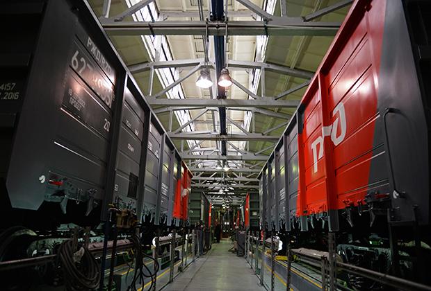 Железнодорожные вагоны в одном из цехов «Уралвагонзавода»