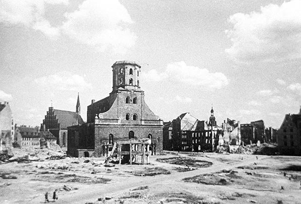 Ратушная площадь в Риге после ухода фашистов