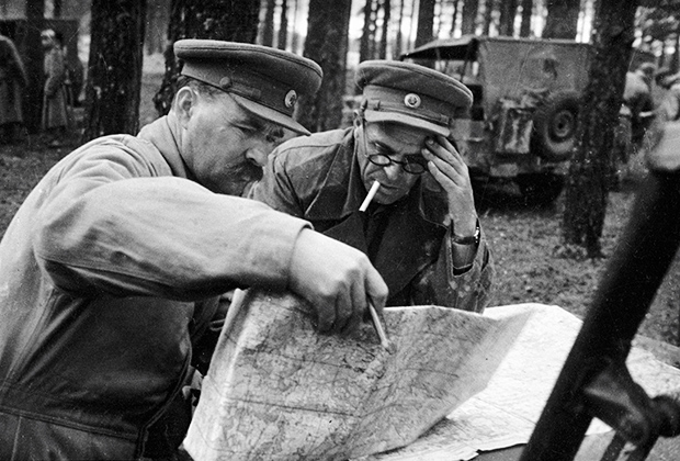 Командующий 10-й гвардейской армией на 2-м Прибалтийском и Ленинградском фронтах генерал-лейтенант Михаил Ильич Казаков (слева) уточняет боевую задачу для командира корпуса.