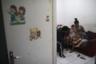 Таиса да Силва Рибьеро успокаивает четырехлетнего сына и двухлетнюю дочь: их напугала проехавшая по улице бронемашина военной полиции.