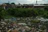 Пустырь, на который стекают сточные воды, завален гниющим мусором. До благополучных районов совсем недалеко, однако коммунальщики не спешат разбирать зловонные завалы.