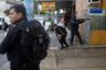 Полицейские ведут огонь по наркоторговцам. В 2016 году в штате Рио-де-Жанейро в перестрелках погибли 920 человек.