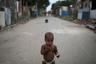 Ребенок с куском хлеба в районе «Райский угол» — одном из самых бедных в злополучной фавеле.