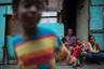 Жители фавелы едят бесплатные фрукты, пожертвованные неправительственной организацией.