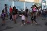 Родители ведут детей в школу. По их словам, полиция обычно проводит спецоперации против наркоторговцев именно в учебные часы.
