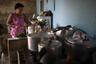 Анна Регина де Хесус готовит у себя на кухне: четыре дня в неделю она угощает обедами нуждающихся соседей.