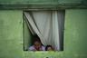 Одинокая мать с дочерью в своей деревянной хижине. Когда на улицах начинают стрелять, они бегут в соседский кирпичный дом.