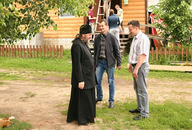 Отца Валерия ждали двое мужчин, по виду явно городские