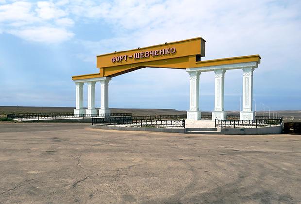 Совсем недалеко от города живое Каспийское море