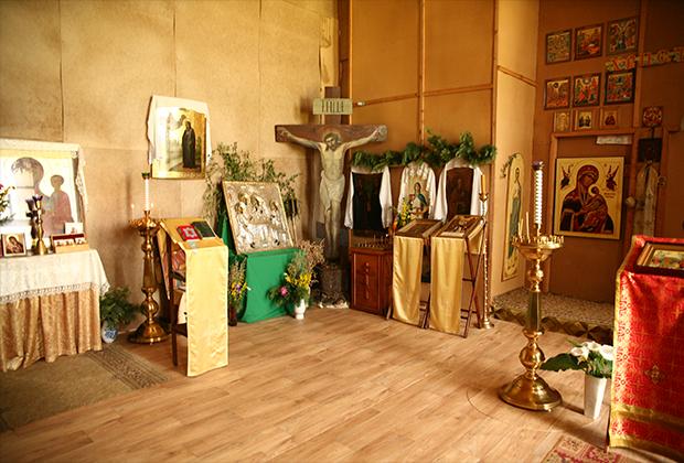 Еще в 2010 году отец Валерий отгородил оргалитовыми листами южную часть полуразрушенного храма и организовал там соборное пространство. Пока что службы проходят здесь