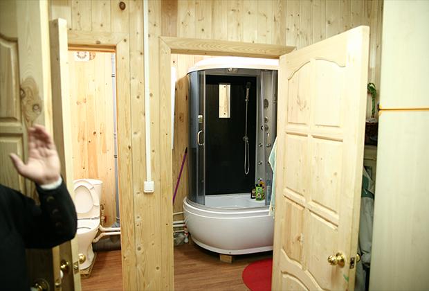 В общинных домах все как в городе: душевые кабины, оборудованные туалеты, стиральные машины