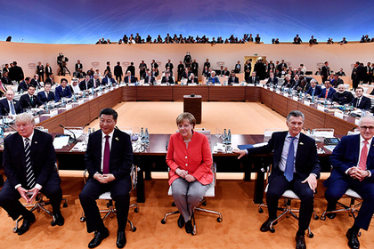 (L-R) US President Donald Trump, China's President Xi Jinping, German Chancellor Angela Merkel, Argentinia's President Mauricio Macri and Australia's Prime Minister Malcolm Turnbull turn around for photographers at the start of the first working sessionthe G20 summit in Hamburg, Germany, July 7, 2017. REUTERS/John MACDOUGALL,POO