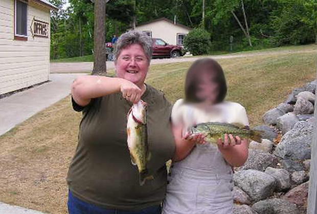 Рыба на фото с ребенком, находящимся в опасности, подсказала следователям, где искать преступников