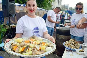 Фестиваль ухи во время празднования Дня рыбака прошел на центральной набережной Волги.