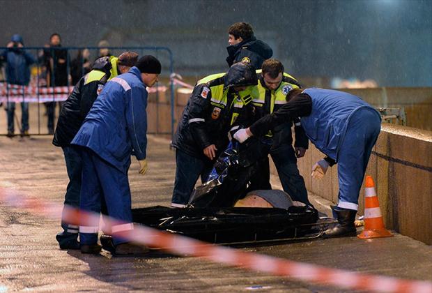 Большой Москворецкий мост. Криминалисты на месте убийства оппозиционера Бориса Немцова 27 февраля 2015 года