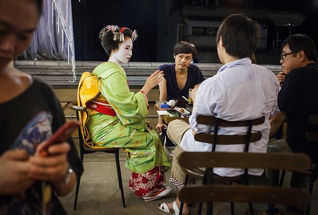 Чайный дом практически недоступен для туристов, поэтому гейш по предварительной договоренности приглашают в ресторан