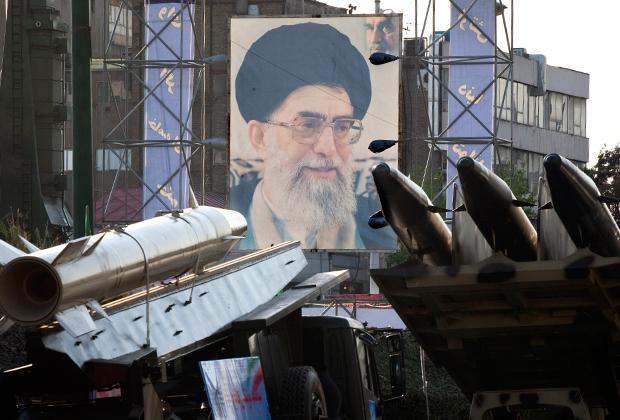 Портрет великого аятоллы Али Хаменеи на выставке, посвященной ирано-иракской войне