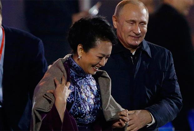 Владимир Путин укрывает первую леди КНР пледом на шоу, приуроченном к саммиту АТЭС