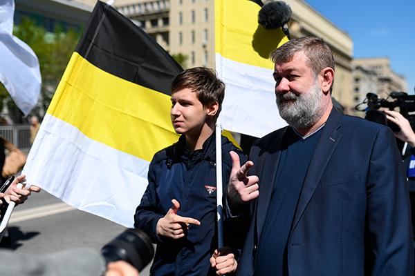 Вячеслав Мальцев (справа) во время шествия оппозиции по проспекту академика Сахарова в Москве.