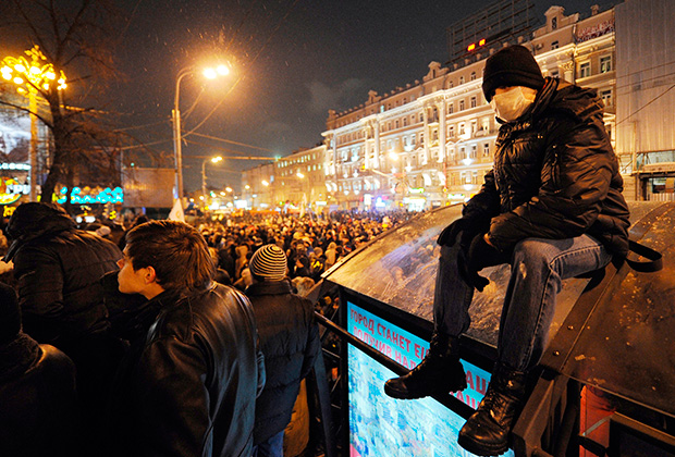 Участники митинга «За честные выборы» на Пушкинской площади в Москве.