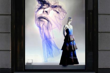 Британский соавтор Гальяно украсил витрины магазина портретами из ткани