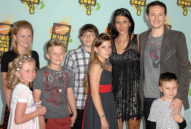 Беннингтон с женой и шестью детьми
