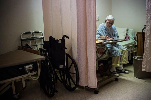 Заключенный, умирающий от рака в тюремном хосписе в американском штате Калифорния