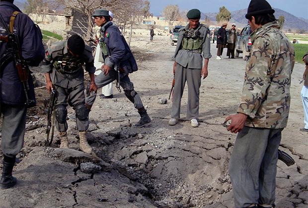 Афганские полицейские осматривают место нападения на американский патруль в провинции Хост