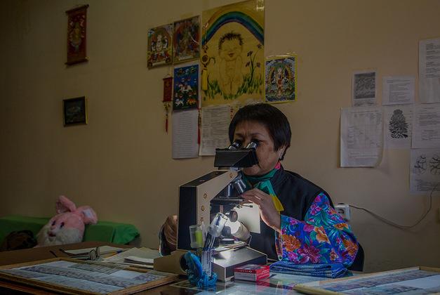 Вопреки распространенному мнению, в морге работают в первую очередь с живыми людьми. Большую часть времени Галина Горяевна изучает образцы биопсии при помощи микроскопа и ставит диагнозы. Что же касается вскрытий, то за последний год их было всего девять.