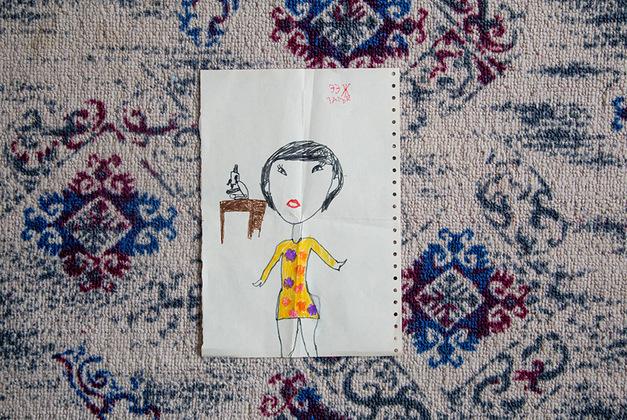 Рисунок старшей внучки Анны-Марии, ей семь лет. Такой девочка видит свою бабушку на работе. На вопрос, чем та занимается, с уверенностью отвечает: «Смотрит в микроскоп».