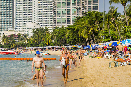 Голая пьяная туристка вызвала переполох на пляже в Таиланде
