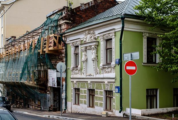 «Дом с кариатидами», Печатников переулок, 7
