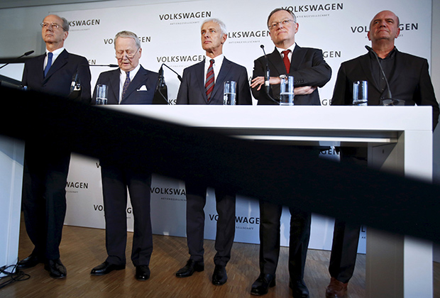 Hans Dieter Poetsch (L-R), chairman of the Volkswagen AG supervisory board, Wolfgang Porsche, a member of the Supervisory Board, Volkswagen CEO Matthias Mueller, Stephan Weil, Prime Minister of Lower Saxony and member of the VW Supervisory board and Bernd Osterloh, head of VW's works council, attend a news conference at their headquarters in Wolfsburg, Germany, April 22, 2016. REUTERS/Hannibal Hanschke