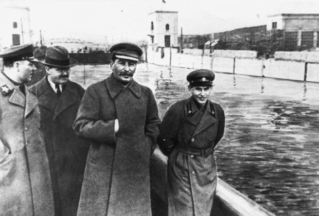 Климент Ворошилов, Вячеслав Молотов, Иосиф Сталин и Николай Ежов на канале Москва— Волга, 1937 год